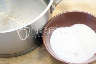 Залить кипятком и оставить на 20 минут. Слить в кастрюлю воду из банок. Добавить сахар и соль, из расчета по 2 ст. ложки на литр воды сахара и соли