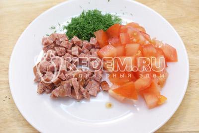 Добавить кубиками нарезанные колбасу, помидоры и мелко нашинкованный укроп