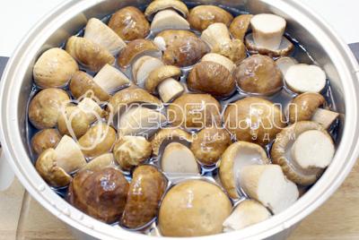 Переложить в кастрюлю и залить холодной водой, добавить 2 ст. ложки соли и убрать в прохладное место на 2-3 часа
