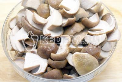 Разрезать каждый грибочек на половинки