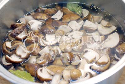 Добавить в маринад грибы и проваривать 5-7 минут. Добавить уксус ТМ «Дядя Ваня», из расчета на 1 литр 2 ст. ложки. Перемешать.