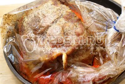 Завязать и готовить в духовке, при температуре 200 градусов С, 50-70 минут