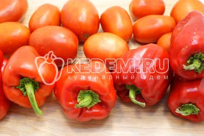 Перцы и помидоры вымыть и обсушить.