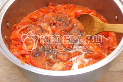 В кастрюлю с овощами добавить масло и поставить на  плиту. Варить помешивая 10-15 минут, до мягкости перцев