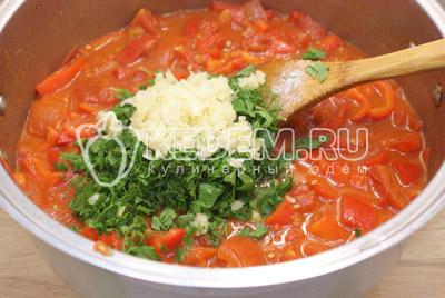 Добавить сахар, соль и перец (по вкусу). Хорошо перемешать и готовить еще 3-5 минут. Добавить зелень, чеснок и уксус.