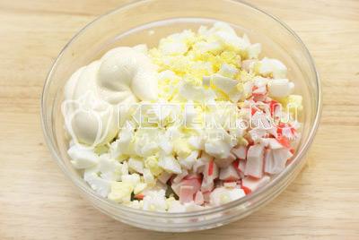 Мелко нашинковать яйца и добавить в миску. Заправить майонезом и перемешать