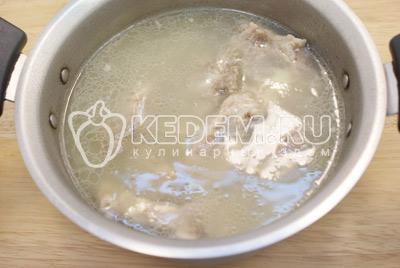 Сложить в  кастрюлю лук и ребрышки и залить холодной водой водой. Варить на среднем огне 1-1,5 часа. Не забыть снять пену. Суп с рёбрышками. Фото приготовления вкусного супа с рёбрышками