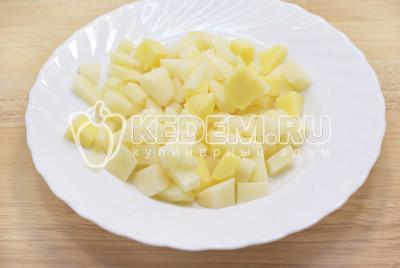 Убрать луковицу из бульона, бульон процедить. Картофель очистить и нарезать кубиками.Суп с рёбрышками. Фото приготовления вкусного супа с рёбрышками