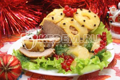 Остудить и нарезать на порции. Подавать на блюде с зеленью и ягодами.