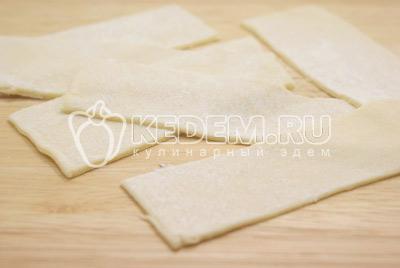 Раскатать в пласт и нарезать прямоугольниками.