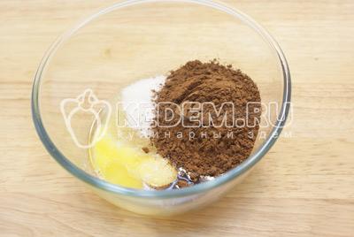Взбить белки  в пену. В желтки добавить сахар и какао, хорошо перемешать.