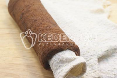Готовый корж снять с пергамента на полотенце посыпать сахаром и свернуть рулетом, остудить.