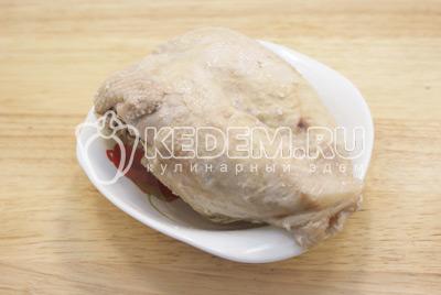 Куриную грудку отварить, остудить и разобрать мясо и кости. - Салат с курицей «Праздничное оливье». Фото приготовления праздничного салата Оливье с курицей на новогодний стол.