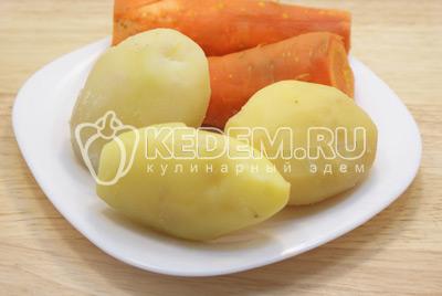 Картофель и морковь отварить, остудить и очистить. - Салат с курицей «Праздничное оливье». Фото приготовления праздничного салата Оливье с курицей на новогодний стол.