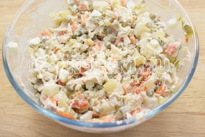 Заправить майонезом и посолить по вкусу.  - Салат с курицей «Праздничное оливье». Фото приготовления праздничного салата Оливье с курицей на новогодний стол.