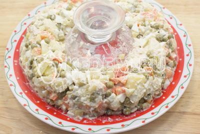 На плоское блюдо установить стакан по краям выложить салат кольцом. - Салат с курицей «Праздничное оливье». Фото приготовления праздничного салата Оливье с курицей на новогодний стол.
