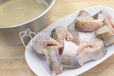 Удалить пену и варить на среднем огне 15-20 минут. Рыбный бульон процедить, рыбные тушки нарезать порционными кусочками и варить в бульоне 7-10 минут
