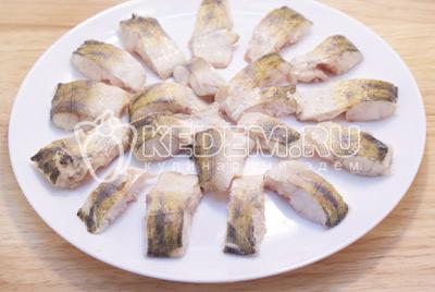 Бульон снова процедить, а рыбу остудить и убрать кости. Развести желатин как указано на упаковке, добавить бульон и хорошо посолить. Рыбное филе разложить на тарелке