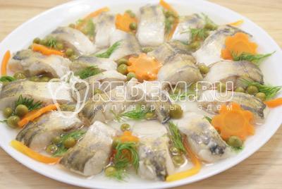 Залить желатиновым раствором, понемногу остужая каждый слой, так чтобы рыба не всплывала на верх