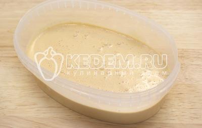 Вылить массу в миску и поставить в морозилку на 2-3 часа
