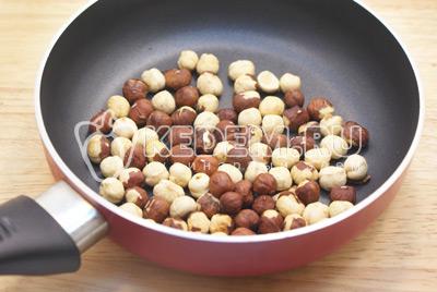 Выложить мороженое в креманки. Орехи обжарить, расколоть на половинки и посыпать мороженое сверху