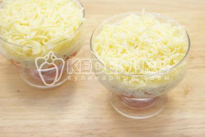 Далее слой тертого сыра с майонезом