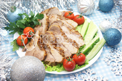 Готовое мясо немного осудить и порционно нарезать. Выложить на блюдо с зеленью и овощами. #07Приятного аппетита! Счастливого Нового Года! - Запеченное мясо в фольге на Новый год. Фото приготовления новогоднего запеченного мяса в фольге на Новый год.
