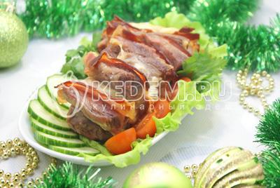 Мясо с беконом и сыром