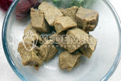 Мясо порезать кубиками и отварить в подсолёной воде 1-1,5 часа