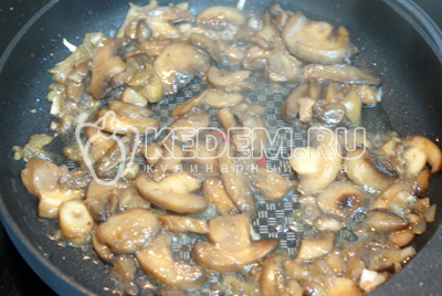 Шампиньоны обжарить с мелко порезанным луком, добавив соль и перец по вкусу