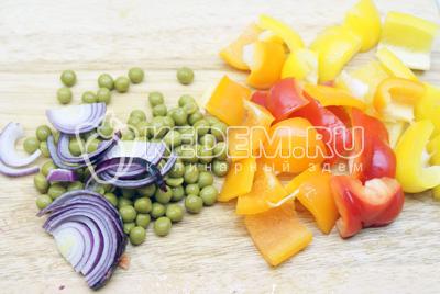Порезать небольшими кусочками овощи. Лук полукольцами
