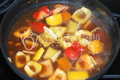 Достать шумовкой курицу и опустить в соус овощи и тушить до готовности. После добавить грудку и держать на медленном огне до загустения
