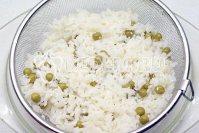 Рис отварить в кипящей воде. Промыть и прогреть. Добавить зеленый горошек