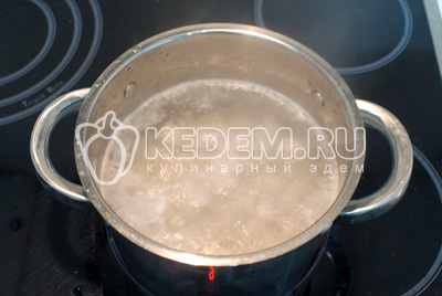 Курицу порезать на кусочки, залить водой, поставить варить бульон. Когда вода закипит, убавить огонь чтобы водасильно не бурлила, собрать пену. Оставить вариться минут на 5-10. Почистить, порезать кубиками картофель и добавить в бульон.  - Куриный суп с яйцом. Кулинарный рецепт с фотографиями приготовления куриного супа с яйцом