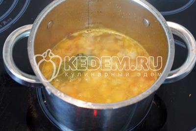 Добавить в суп. Посолить и поперчить по вкусу, варить ещё 5-10 минут. Проверить готов ли картофель.