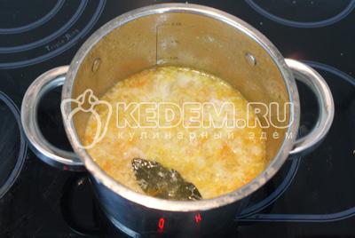 Быстро мешая суп ложкой в центре, тонкой струйкой влить яйца
