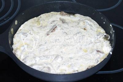 Добавить сметану и плавленый сыр, поперчить по вкусу. Тушить около 3 минут