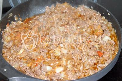 Посолить, поперчить, добавить томатную пасту, базилик и немного кипятка и потушить до загустения