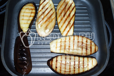 Обжариваем их на растительном масле на сковороде до жаренного состояния без соли и других приправ. Выкладываем их на тарелку