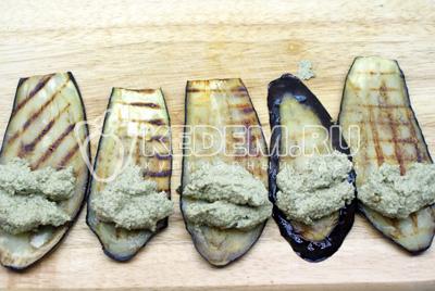 Намазываем ореховую пасту на слайс баклажана