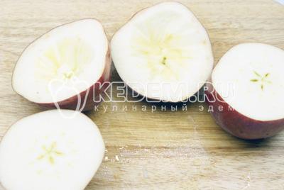 Яблоки разрезать пополам и вырезав середину у каждой половины