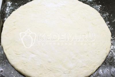 Тесто раскатать в форме круга. Выложить на противень смазанный растительным или оливковым маслом
