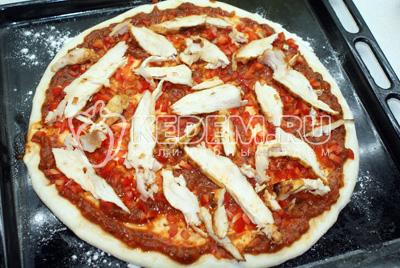 Куриную грудку нарезать пластинками. Выложить на пиццу.