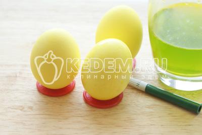 Окрасить яйца полностью. Высушить на бумажных полотенцах
