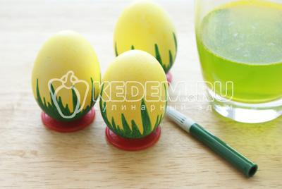 Нанести рисунки зелёным фломастером на сухие окрашенные яйца. У нас это травка для примера, вы можете нанести узоры по желанию