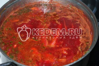 Добавить свеклу, лук с морковью.  Довести до вкуса и варить до полной готовности овощей.  В конце добавить рубленный укроп