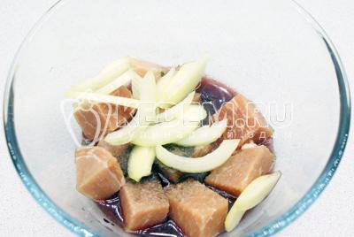 Мясо  порезать кубиком и мариновать 6 часов в смеси красного вина, яблочного уксуса, 2-3 зубчиков чеснока, соли, перца и паприки, половинки головки репчатого лука, порезанного полукольцами.