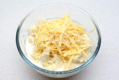 Взбейте вместе яйца, молоко, перец, нарезанный зеленый лук, 1/3 стакана  натёртого сыра
