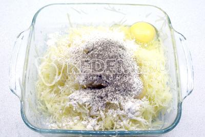 Добавить 1 яйцо, 3 ст. ложки муки, соль и перец по вкусу