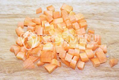 Морковь нарезать крупным кубиком